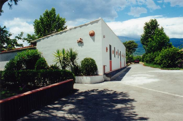 casa vacanza a 250 metri da mare immersa nel verde, holiday rental in Fondachello