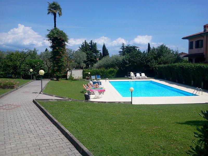 Parco con piscina condominiale