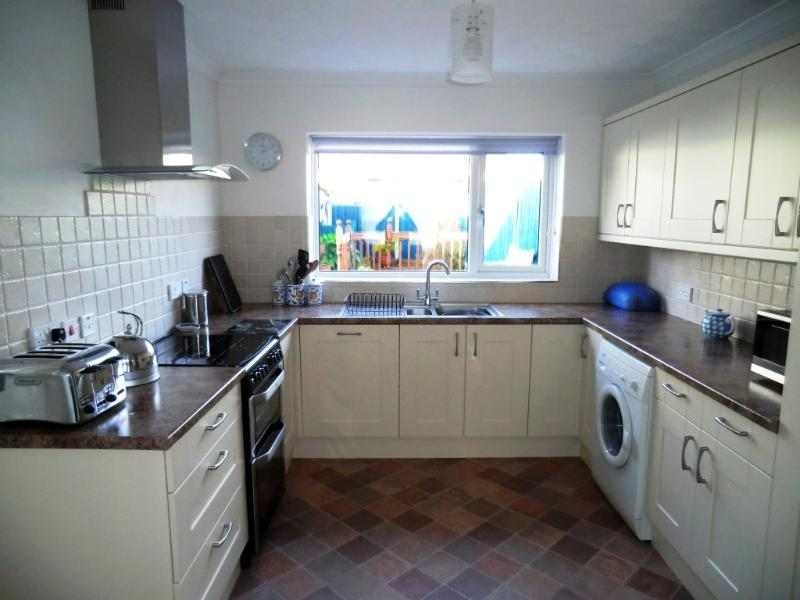 BOURNECOAST - close to KINGS PARK and SANDY BEACHES short drive away - HB4179, holiday rental in Bournemouth