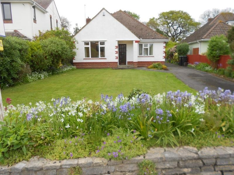 BOURNECOAST: DELIGHTFUL 3 BEDROOM BUNGALOW WITH LARGE GARDEN - NEAR SEA - HB2087, Ferienwohnung in Mudeford