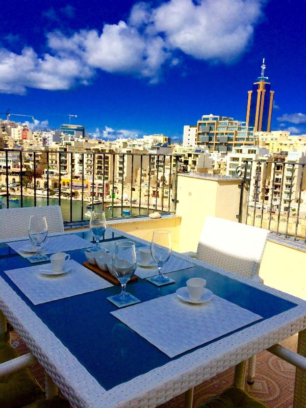 Ver día de terraza con mesa de comedor