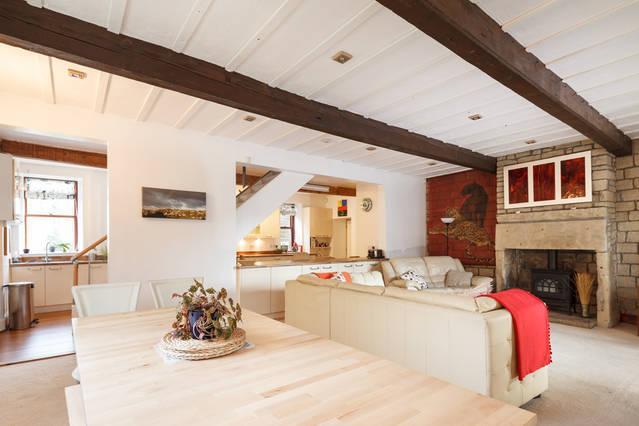Grand espace pour se détendre en famille et entre amis. Salon ouvert, salle à manger et cuisine avec des escaliers