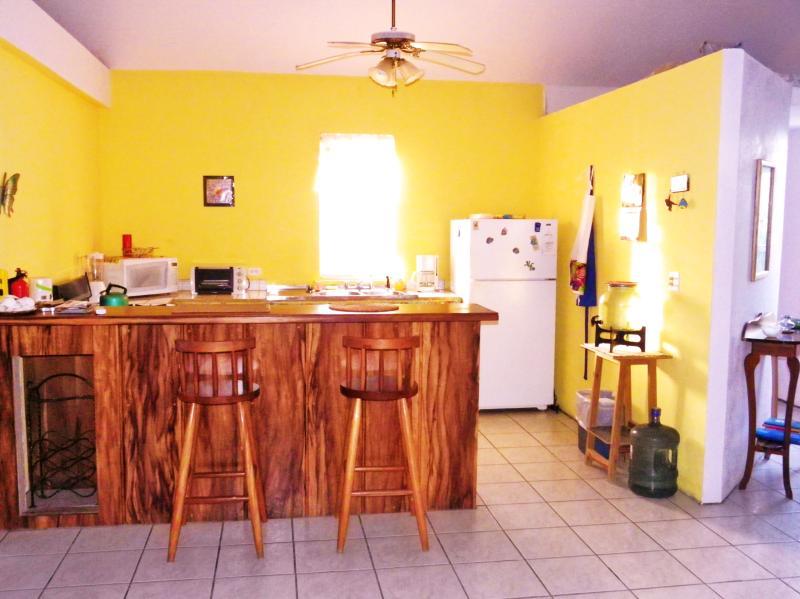El área de cocina y bar alegre