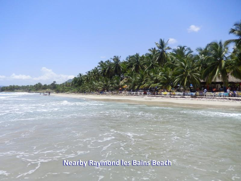 Raymond les Bains Beach: Fun crowd and Great seafood