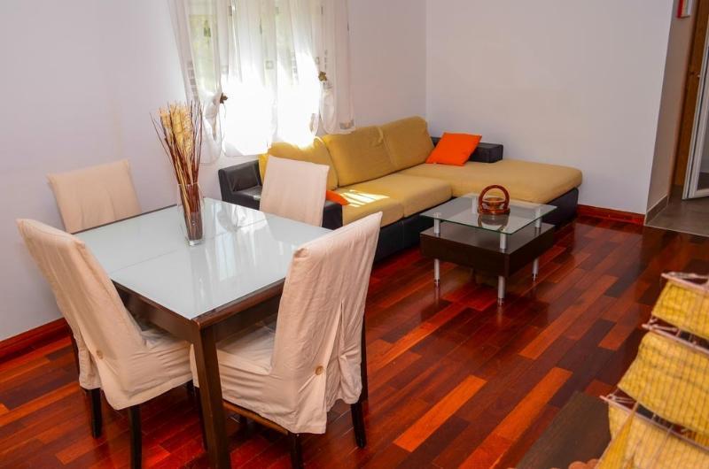 New and cosy apartment with garden, Ferienwohnung in Kastel Luksic