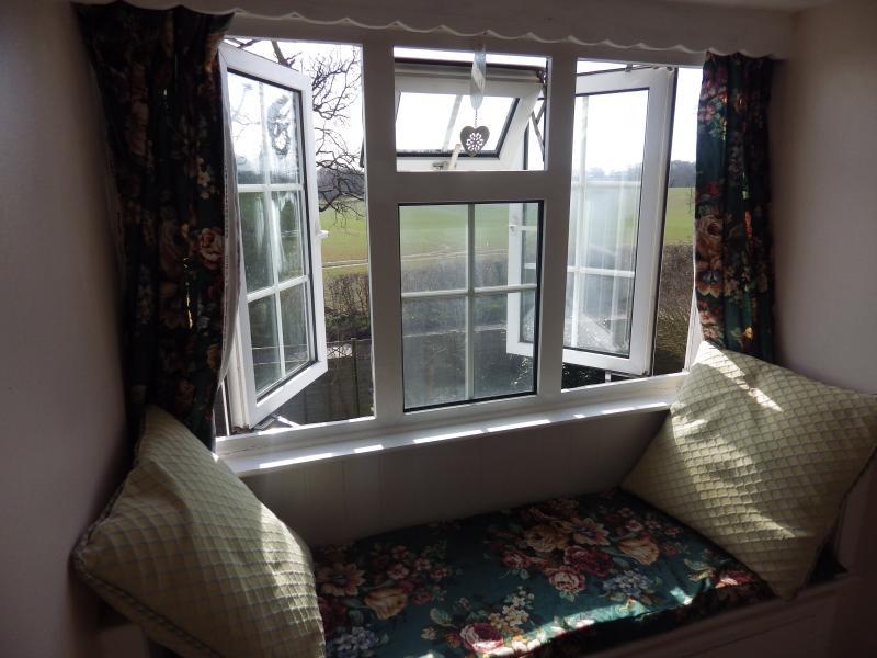 Fensterbank im Schlafzimmer eins