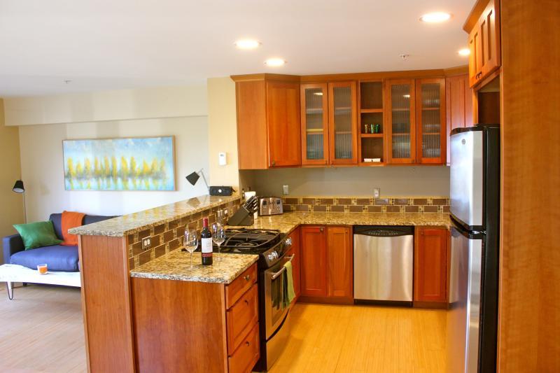 Volledig gevulde keuken met granieten aanrecht en voldoende kastruimte bel dit huis voor heel