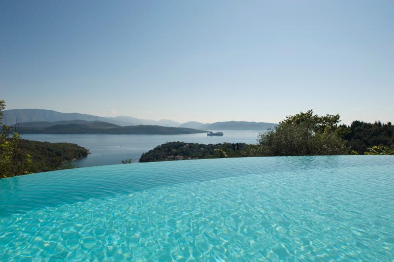 VillaMaro,LuxuryVilla,Pool&HeatedOutdoorJacuzzi,Winter Retreat S.Stefano,Corfu, holiday rental in Agios Stefanos