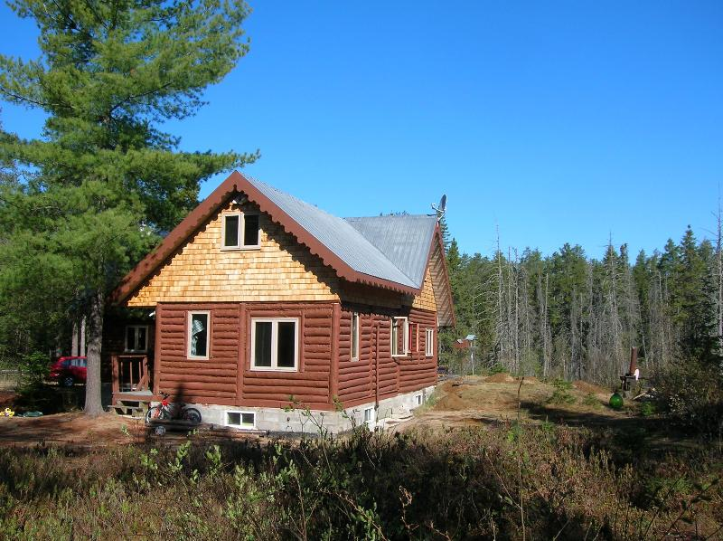 traditional chalet in the forest, aluguéis de temporada em Saint-Alexis-des-Monts