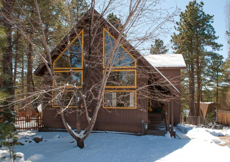 3 bed+ loft Luxury Nakai Chalet, AC,  hot tub Dec 20-23 OPEN, vacation rental in Flagstaff
