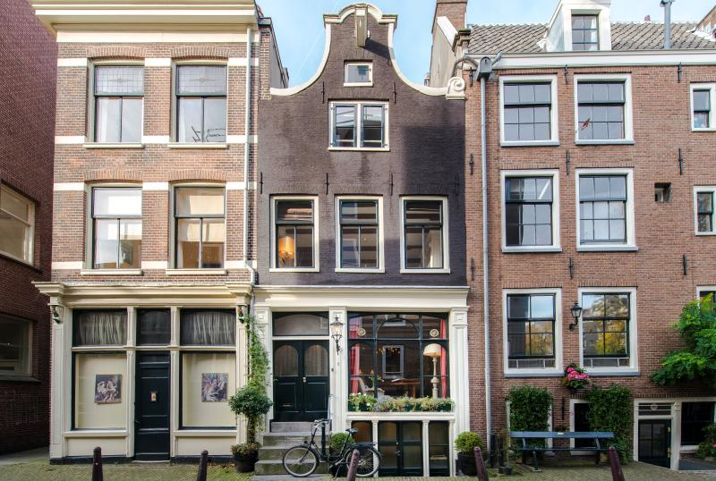 Luxurious classic gable Dutch house canal views, vacation rental in Amsterdam