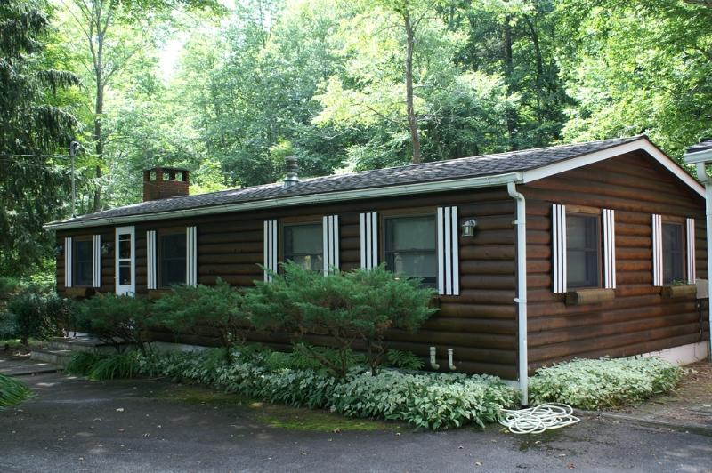 Creekside Log Cottage With Sunroom, Big Indian, NY, alquiler de vacaciones en Shandaken