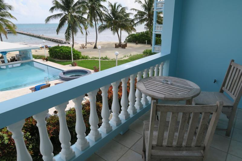 Vista desde su balcón del segundo piso! Se puede ver su piscina privada y de la playa entre las palmeras ondulantes!