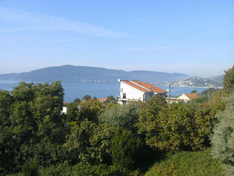 ANTHONYS HOUSE BEAUTIFUL SEA VIEWS WITH PLAY AREA FOR CHILDREN, holiday rental in Klinci