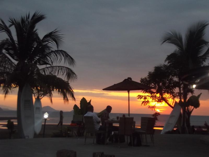 puesta de sol desde la piscina en la playa