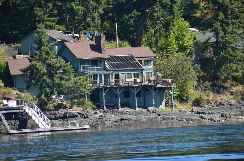 AAMLODGE Quadra Island Luxury Waterfront Home, holiday rental in Quathiaski Cove