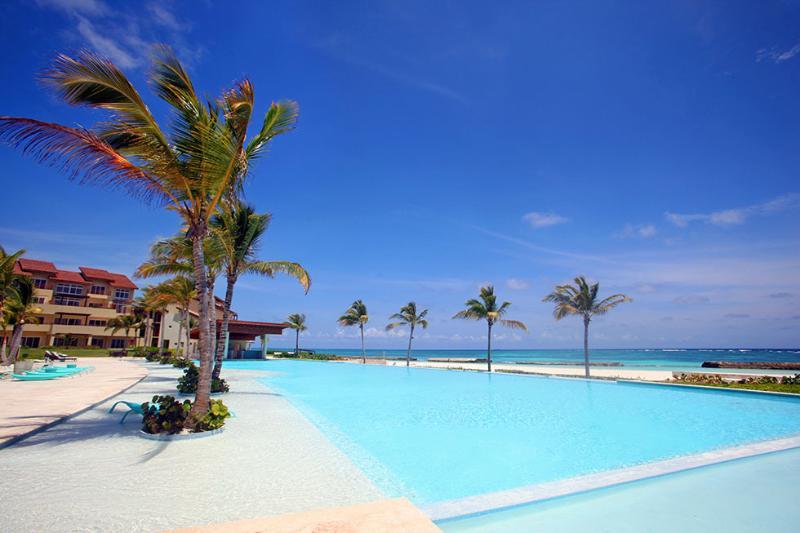 Resort pool with swim up bar
