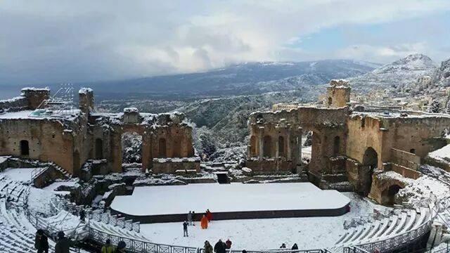 Teatro Greco di Taormina innevato.