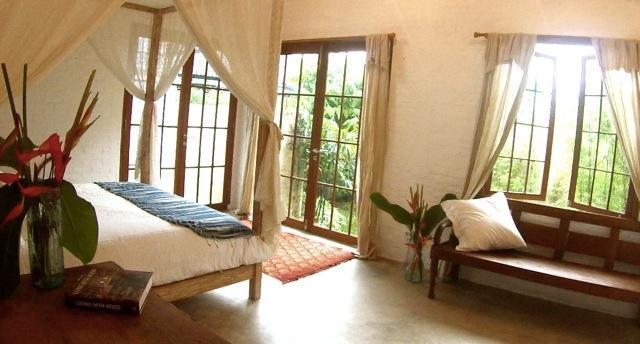 Kebun kamer biedt een privétuin, buiten regendouche en een subliem comfortabele kingsize bed.