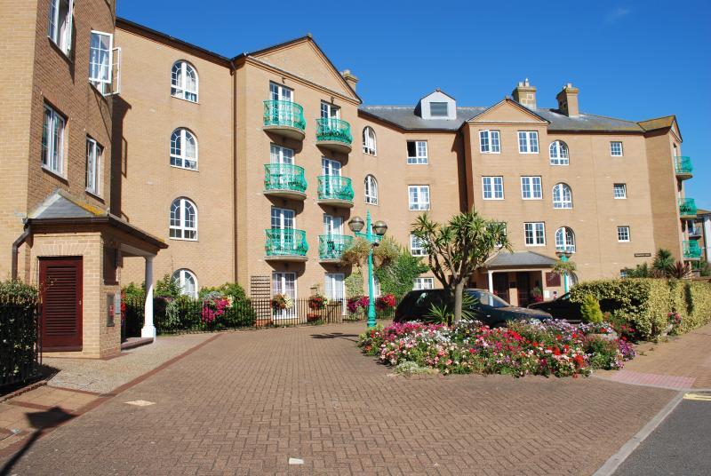 Spacious second floor apartment with elevator, balconies, water views & parking!, location de vacances à Peacehaven