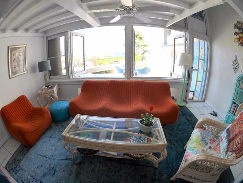 Super cómodo sofá italiano vintage - disfrutar de la brisa del mar mientras miras Roku en nuestra TV 50'!