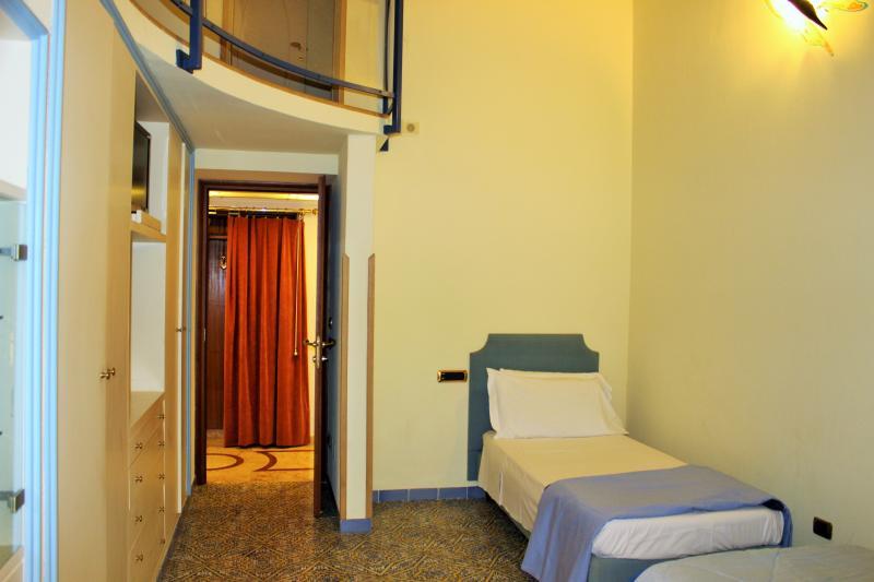 Twin room (split level)