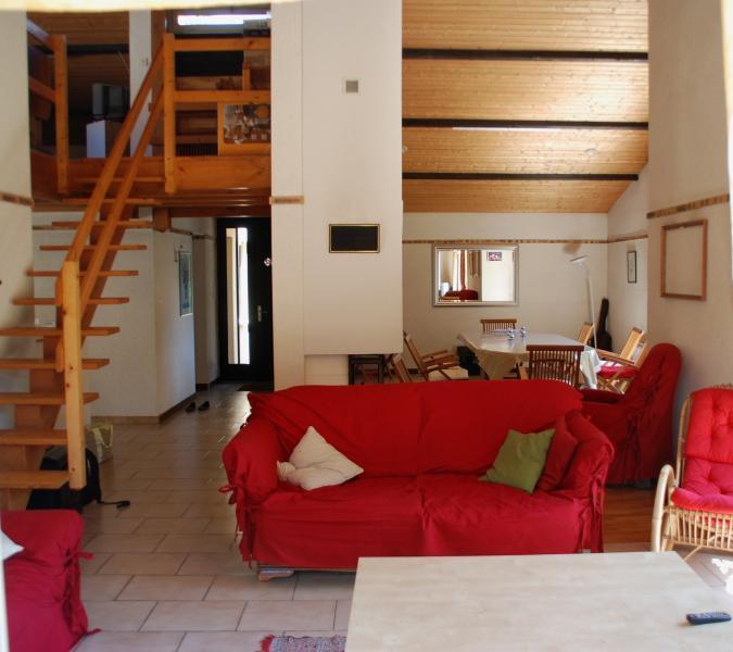 Le salon (en partie)  et escalier sur mezzanine séjour