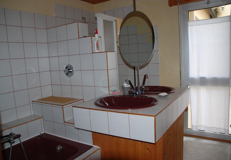 Salle de bains (baignoire, douche, 2 lavabos)
