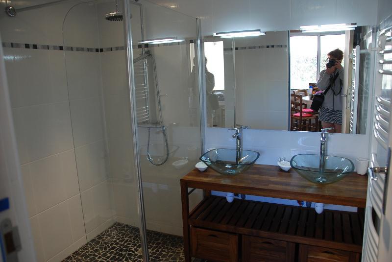 Salle d'eau (douche à l'italienne + 2 lavabos))