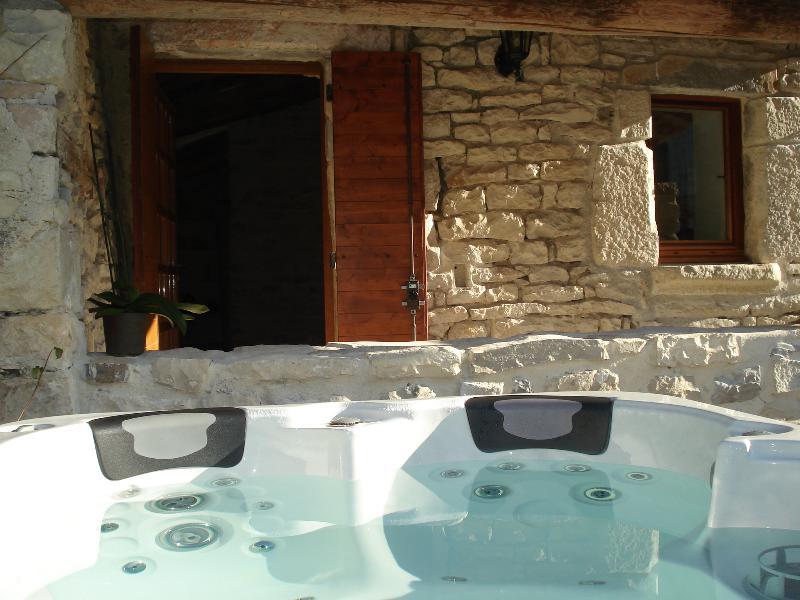 Domaine de Monteils, Pavillon Mathéo, private jacuzzi, holiday rental in Brouzet-les-Quissac