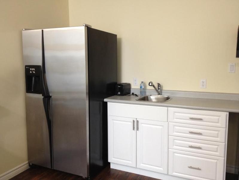 lavello e frigorifero full-size con congelatore