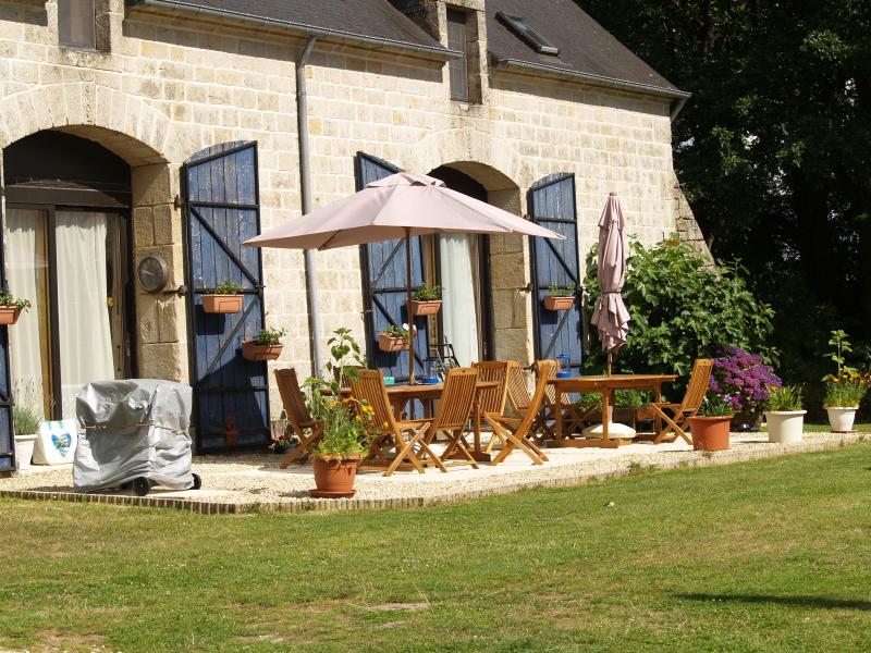 Sud face à l'avant, avec une grande terrasse. Deux tables avec parasols, beaucoup de chaises longues, barbecue.