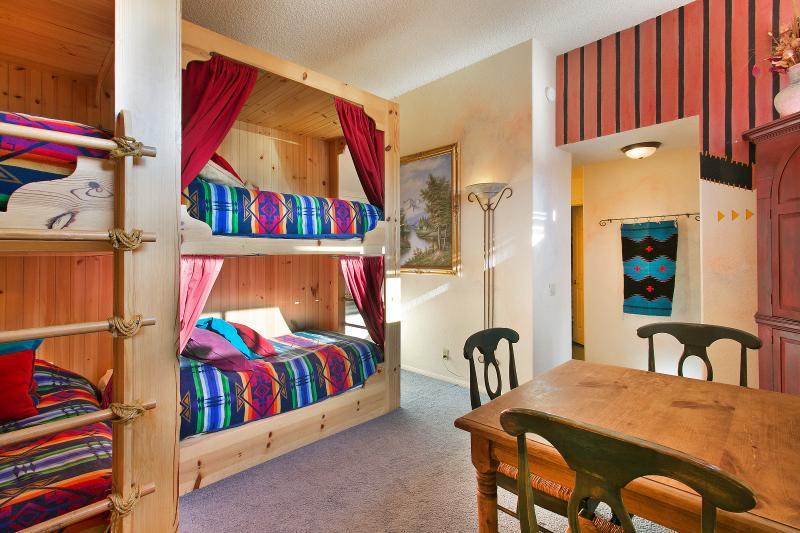 Lits superposés chambre avec quatre lits jumeaux