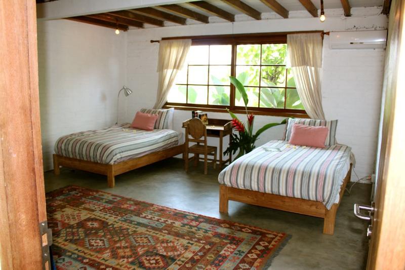 Henry's kamer heeft twee grote eenpersoonsbedden, een TV en airco.