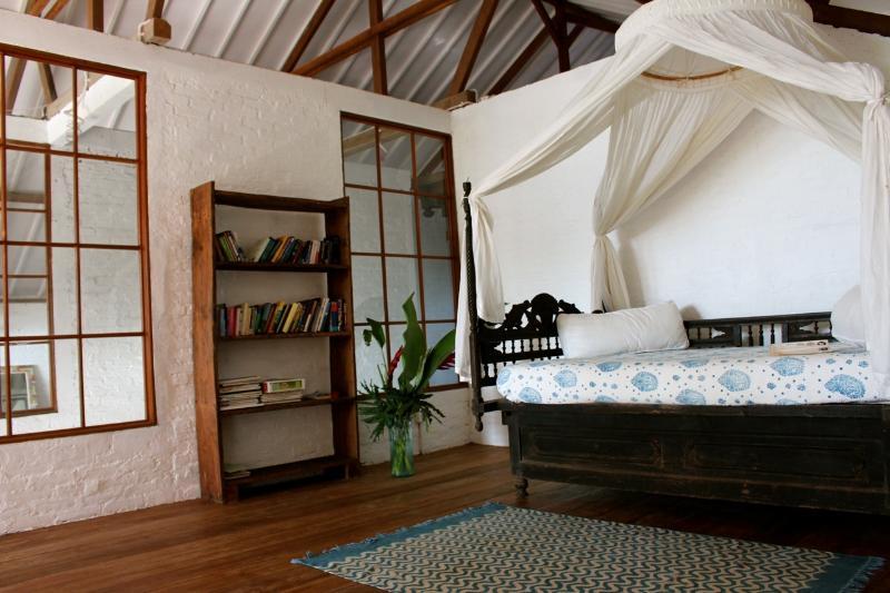 De littler loft beschikt over een Javaanse dag bed en kijkt uit naar de rijstvelden