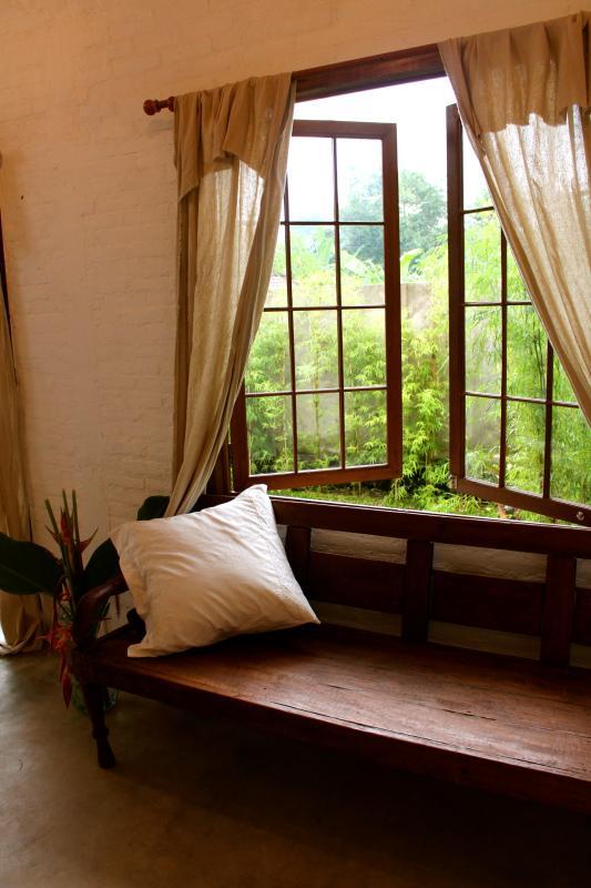 De slaapkamers zijn gezellige gemaakt met de hand geplukt antiek uit heel de archipel