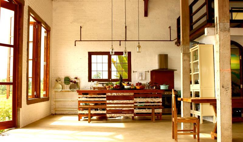 De keuken, eet- en woonkamer zijn een grote open ruimte--perfect voor groepen en gezellige hoeken.