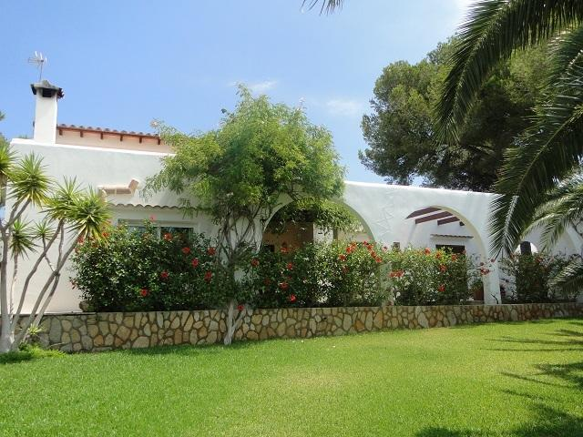 unique villa set in 100m2 of gardens and 76 steps from beach