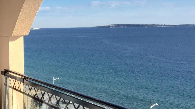Vue de la terrasse sur Cannes et les îles de Lérins