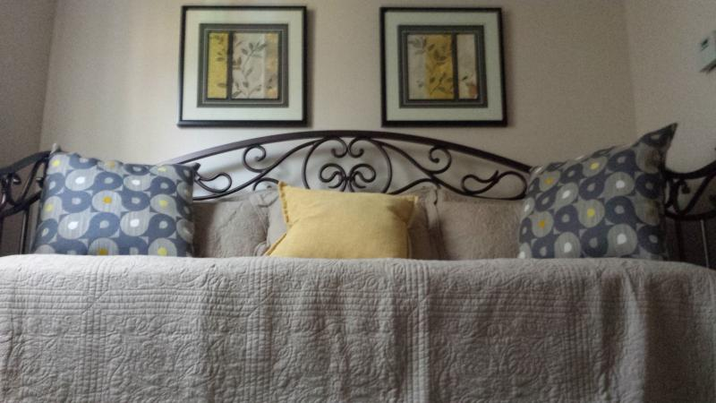 4th BR Day Bed with Pop Up Twin Trundle, Configure as 2 Twins or I Near King Size Bed
