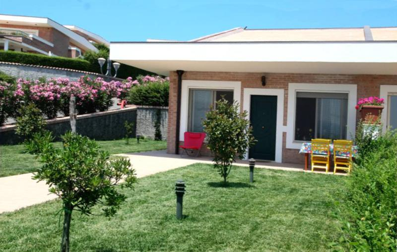 Villetta giardino e piscina condivisa 4+2 Soverato, holiday rental in Caminia
