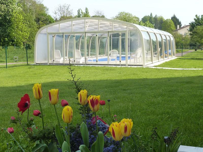 Gîte La Grimodière avec piscine couverte chauffée, location de vacances à Biéville-Beuville