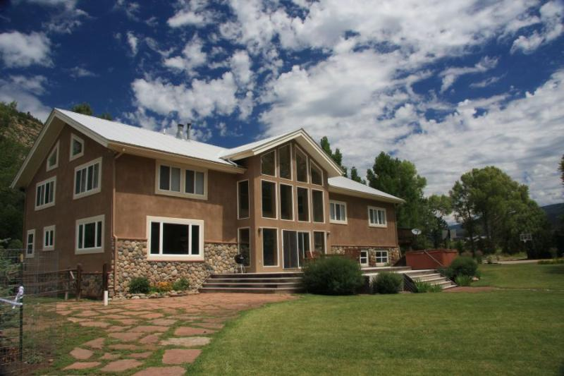 Large Home with Private River Frontage on the Animas River! Sleeps 12, holiday rental in Durango