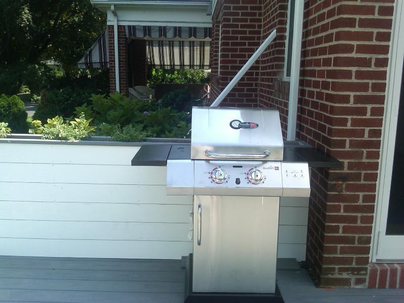 Deck mit neuen Gas-Grill