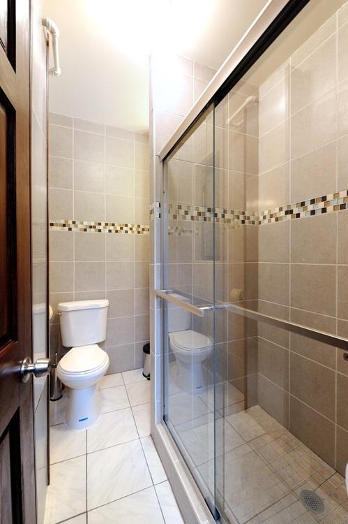 cuarto de baño con cabina de ducha entrada desde el pasillo