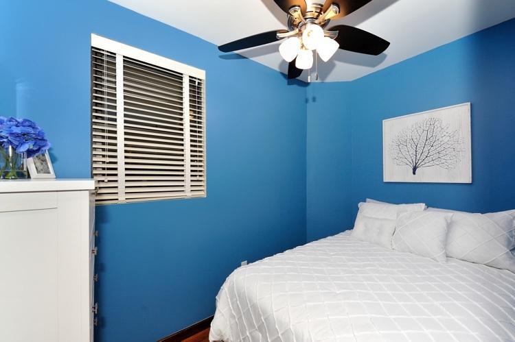 dormitorio con una cama de tamaño completo
