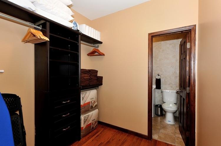 espacio en el armario en el dormitorio principal