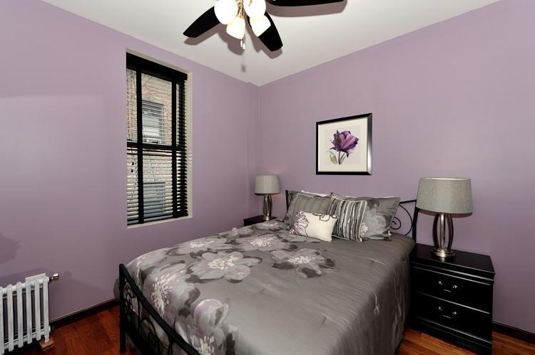 segundo dormitorio con una cama de tamaño de reinas