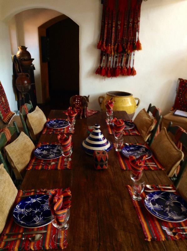 La mesa de comedor en la casa principal ..