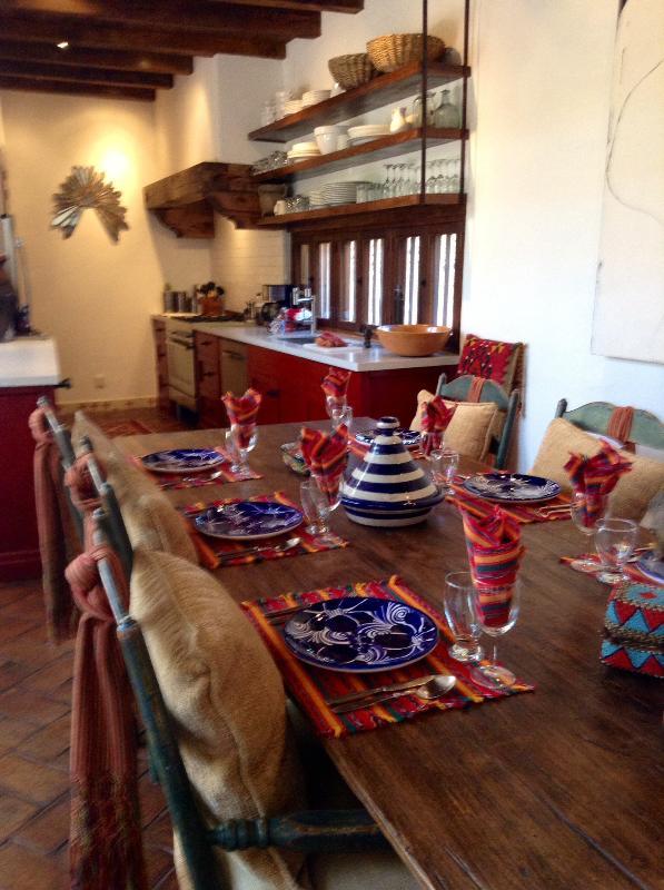 La cocina de Casa Carole es nuevo y abierto al comedor y la sala grande.